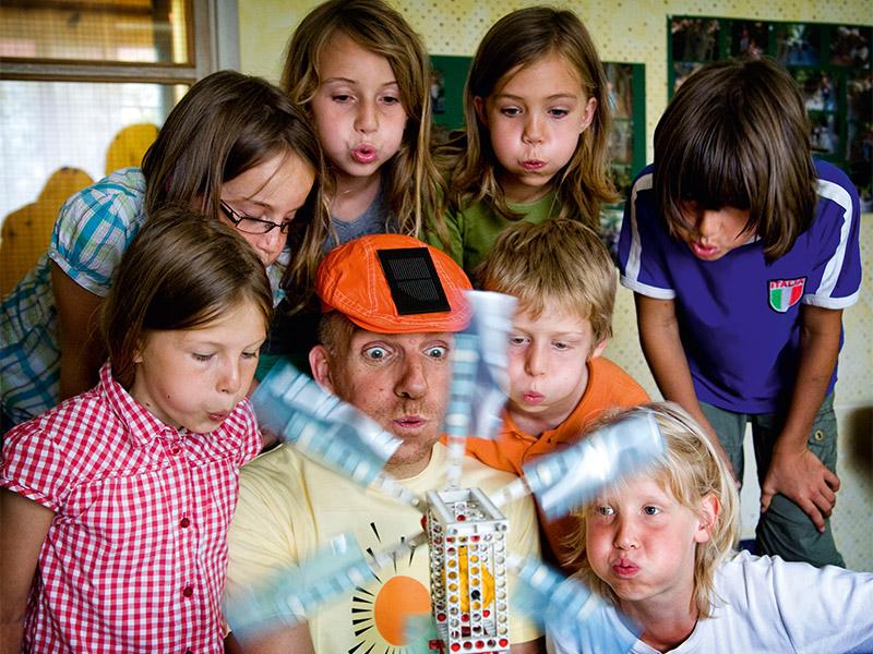 """In der Kita """"Kleine Raser e.V."""" machen zwei Energie - Deketive Experimente mit den Kids."""